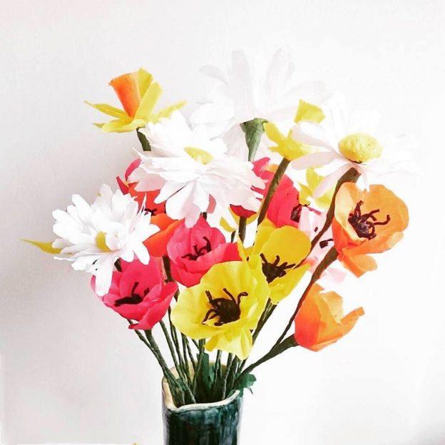 fleurs en papier: coquelicots, marguerites et jonquilles